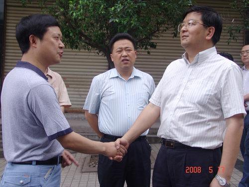 市长王建军与分公司经理何平亲切